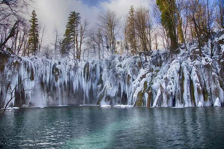 Lagos Plitvice no inverno - Quando ir pra Croácia: Clima e a melhor época (Foto via ShutterStock)