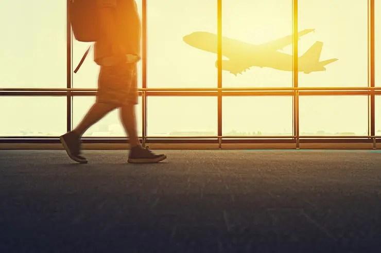 Dicas para comprar comprar passagens aéreas mais baratas (Foto via Shutterstock)