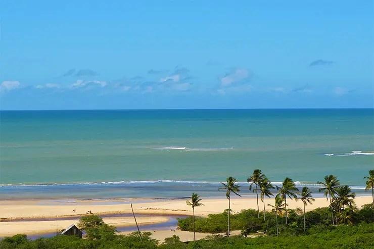 Mirante no Quadrado de Trancoso, na Bahia, mostra praia com coqueiros e céu azul (Foto: Esse Mundo é Nosso)