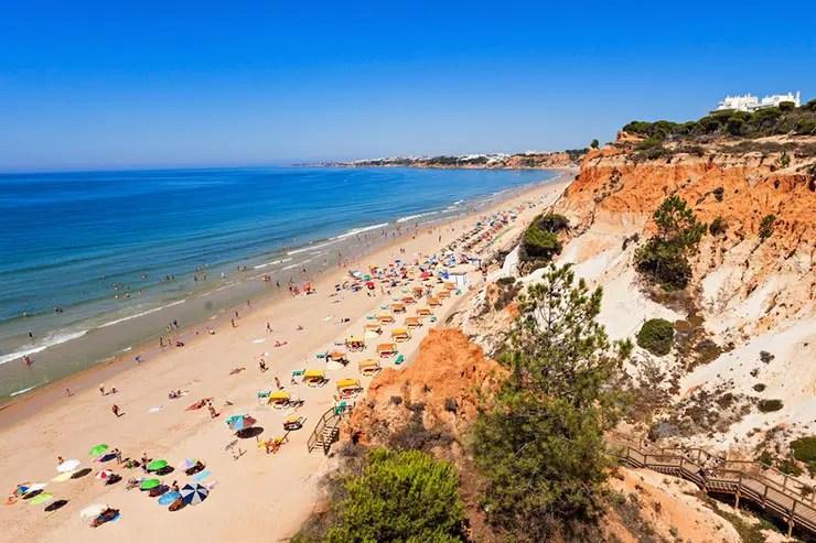 Melhores praias do Algarve, Portugal - Praia da Falésia (Foto via Shutterstock)