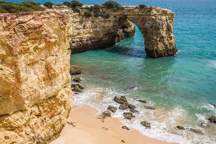 Melhores praias do Algarve, Portugal - Praia de Albandeira (Foto via Shutterstock)