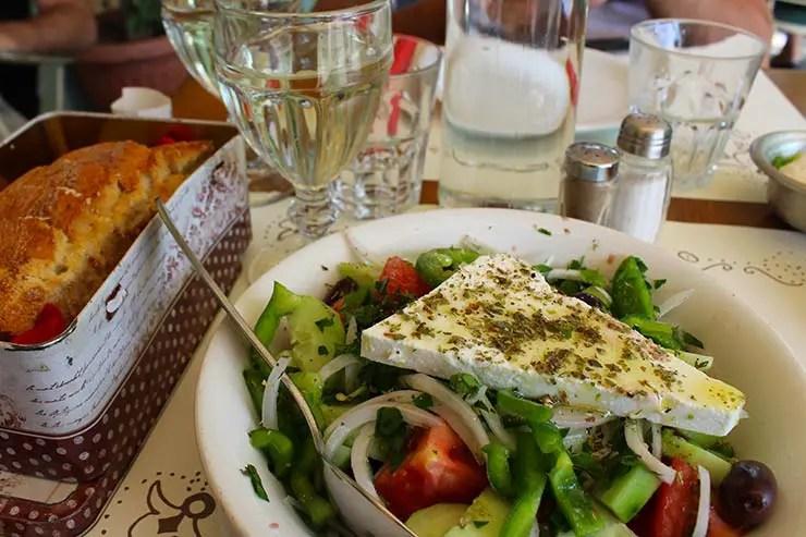 O que fazer em Atenas, Grécia - Salada Grega (Foto: Esse Mundo É Nosso)