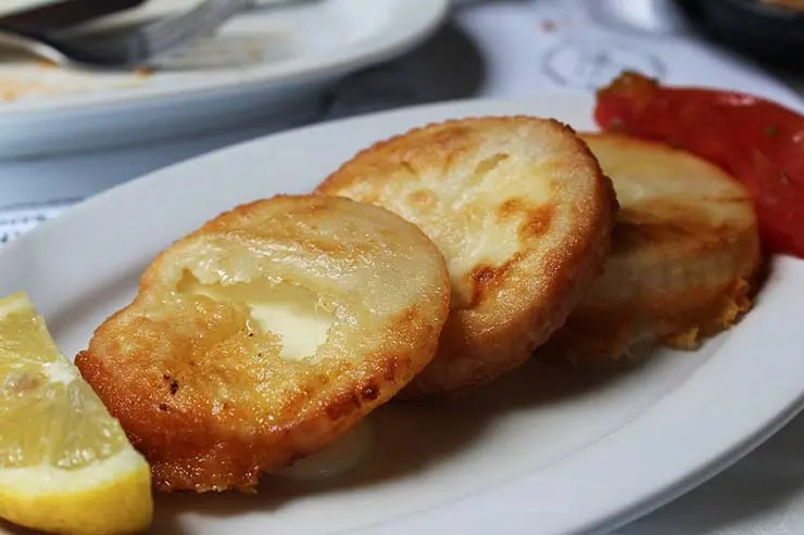 Típicos pratos gregos - Saganaki (Foto: Esse Mundo É Nosso)