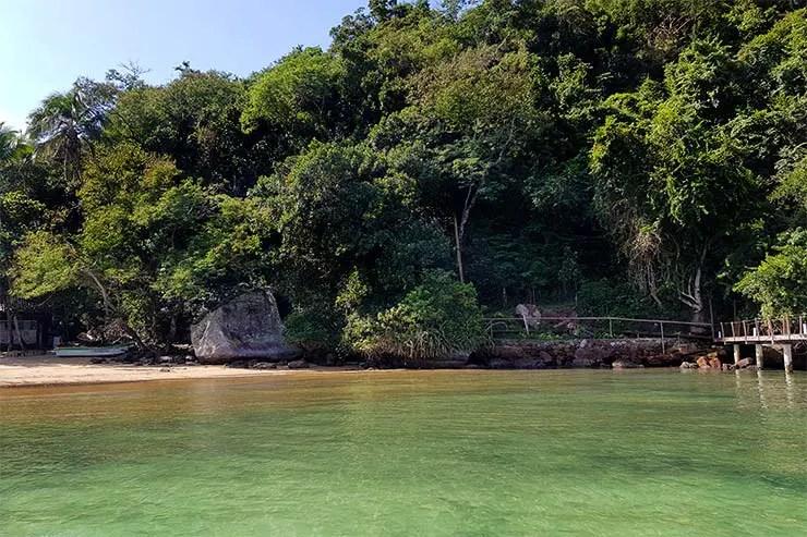 Praia da Crena na Vila do Abraão, em Ilha Grande (Foto: Esse Mundo É Nosso)