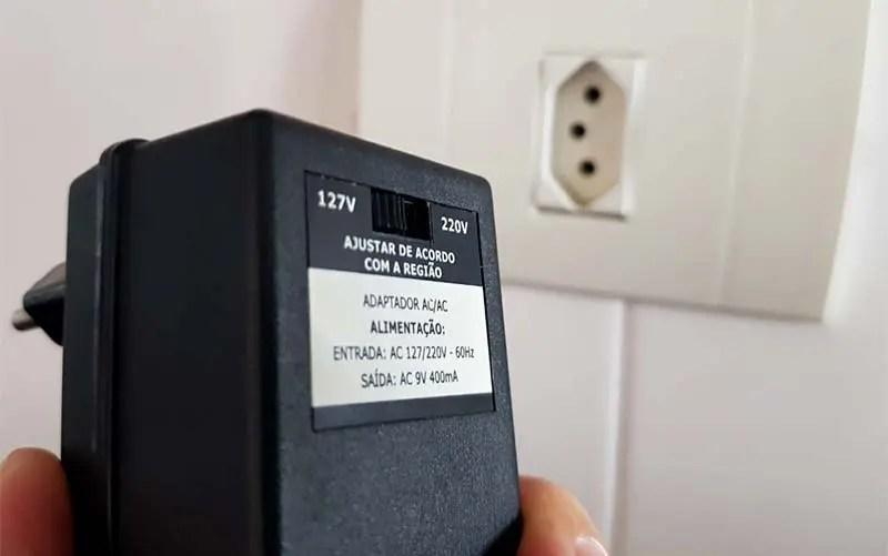 Aparelho com chave que alterna voltagem entre 110V e 220V (Foto: Esse Mundo É Nosso)