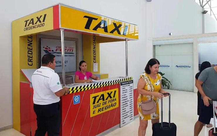 Balcão de táxi no Aeroporto de Juiz de Fora (Foto: Esse Mundo É Nosso)