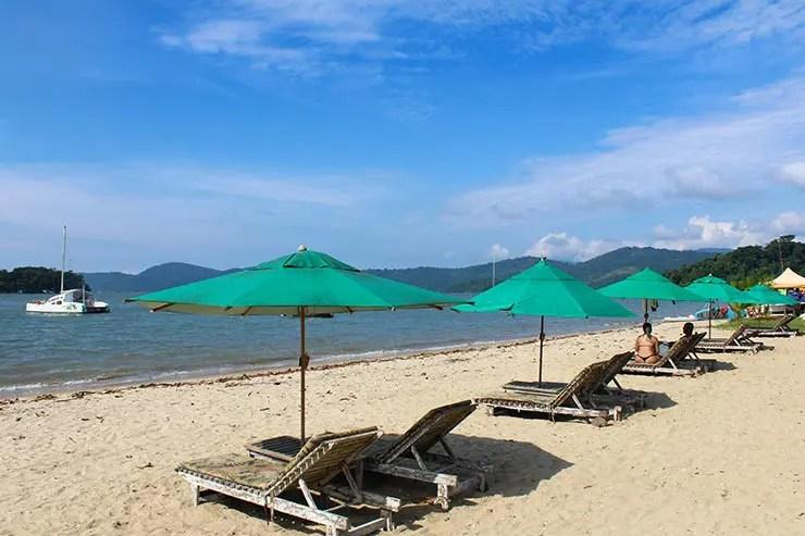 Pousadas em Paraty: Cadeiras na Praia do Jabaquara (Foto: Esse Mundo é Nosso)