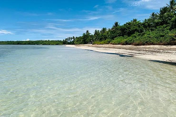 Praia com água cristalina na Bahia