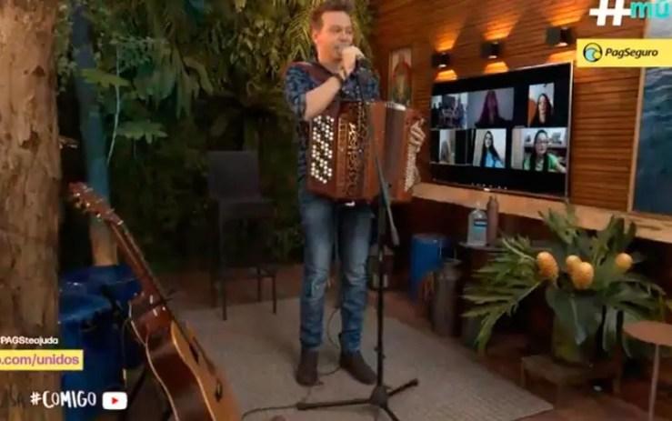 Assista ao vivo agora à live de Michel Teló (Foto: Reprodução/YouTube)