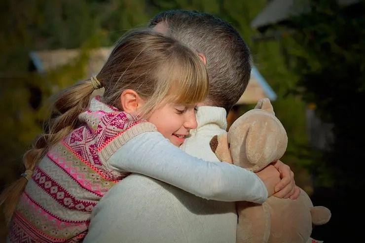 Abraços que antes curavam hoje nos ameaçam (Foto: Pixabay)
