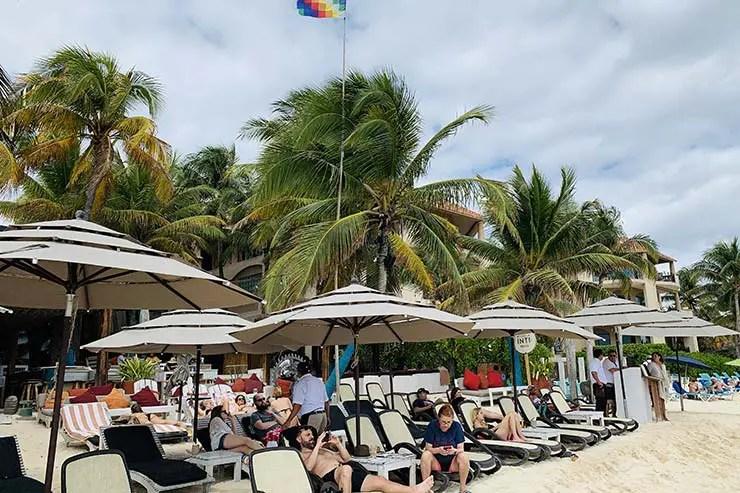 Beach club na Praia Central (Foto: Esse Mundo É Nosso)