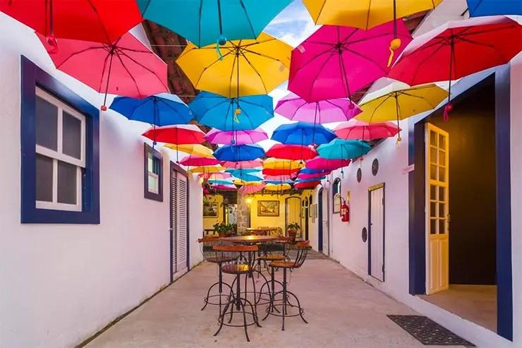 Guardas-chuvas fazem decoração da Pousada Aconchego (Foto: Reprodução/Booking)