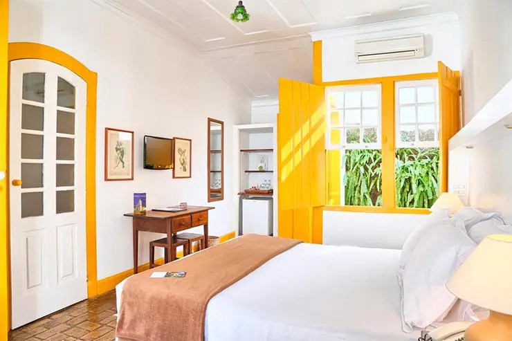 Pousadas em Paraty: Quarto com tons amarelos da Pousada do Ouro (Foto: Esse Mundo é Nosso)