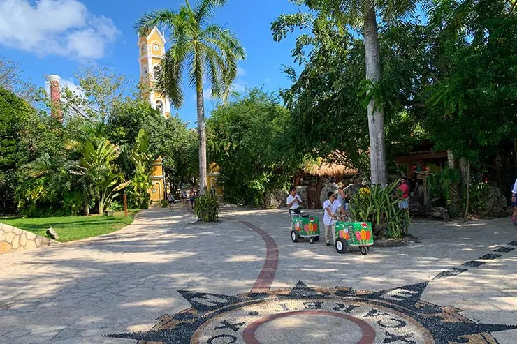 Entrada do parque Xcaret, em Cancún, no México, com funcionários carregando uns carrinhos (Foto: Esse Mundo é Nosso)