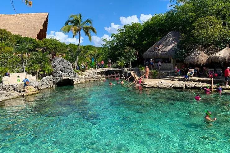Pessoas nadando e mergulhando no Xcaret, em Cancún (Foto Esse Mundo é Nosso)