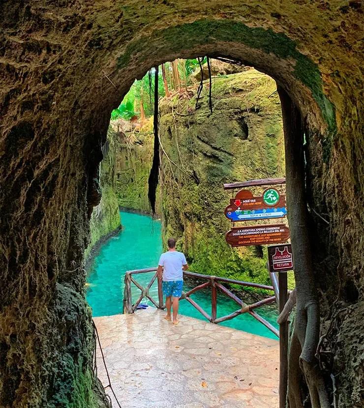 Uma das entradas do rio subterrâneo saindo de uma gruta no Xcaret (Foto: Esse Mundo é Nosso)