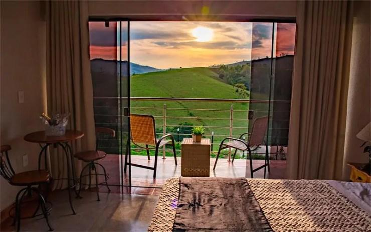 Vista do sol na janela do quarto do Estância das Montanhas (Foto: Reprodução/Booking)