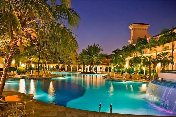 Área da piscina do Royal Palm Plaza (Foto: Reprodução/Booking)