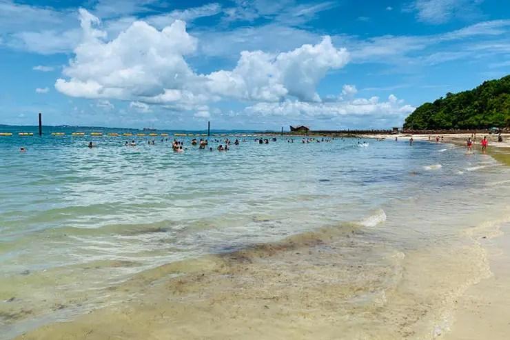 Mar translúcido da Praia da Ponta de Nossa Senhora de Guadalupe na Ilha dos Frades (Foto: Esse Mundo é Nosso)