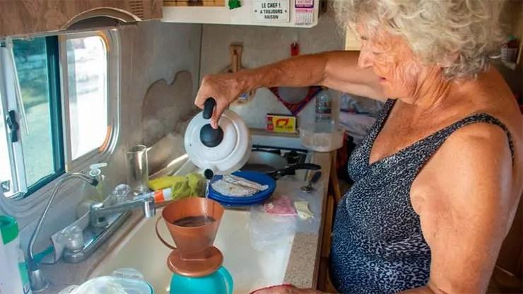 Sara Vallejos coando café em seu motorhome