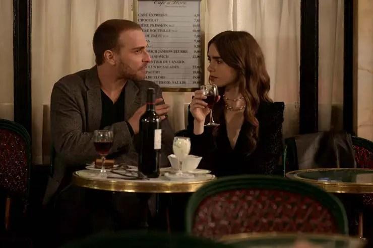 Thomas e Emily no Café de Flore