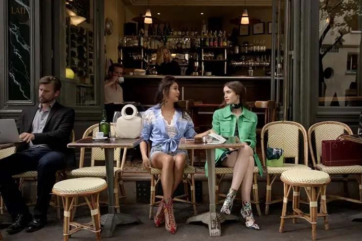 Emily e Mindy no Café de la Nouvelle Mairie