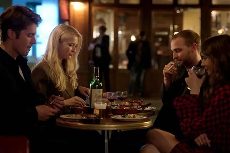 Personagens jantando na Crêperie Lulu la Nantaise