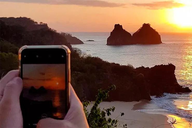 Fernando de Noronha está aberto: Celular fotografa o pôr do sol no Forte do Boldró (Foto: Esse Mundo é Nosso)