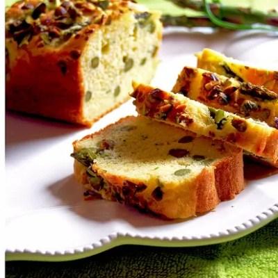 Plum-cake agli asparagi con parmigiano reggiano, pistacchi ede erba cipollina
