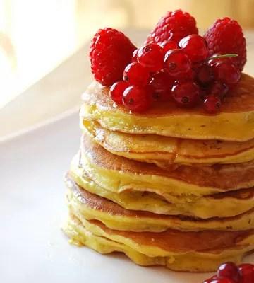 Pancake alla ricotta di Nigella (con miele e frutti rossi)