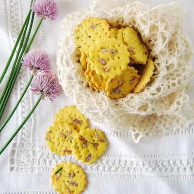 Crackers di riso e kamut con curcuma e fiori di erba cipollina