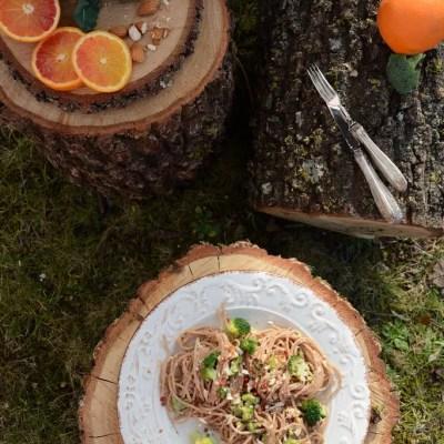 Spaghetti di farro con broccoli, arancia e pesto di mandorle