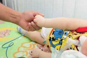 Justiça determina que criança com microcefalia receba tratamento em casa