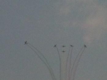 Aviones en formación y colores de la bandera