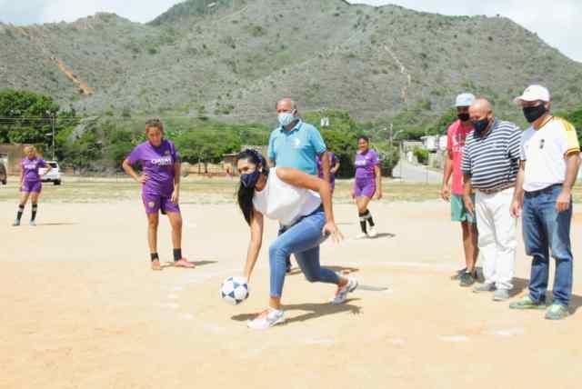 La primera dama Leynys Malavé de Díaz hizo el lanzamiento inicial en el torneo de kikimbol en Villa Rosa