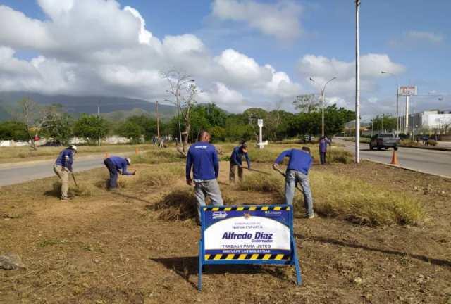 Las cuadrillas de Azul embellecen las vías más transitadas de la Isla