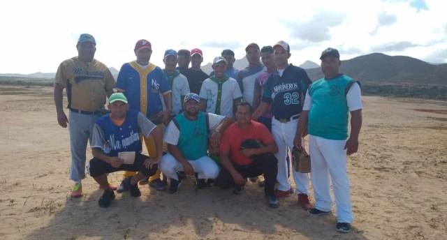 La novena de El Tunal está integrada por pescadores que compartieron con el mandatario regional