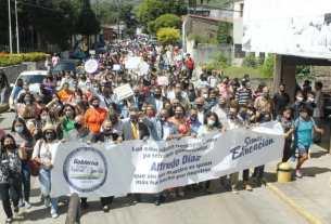 El mandatario regional y la primera dama Leynys Malavé de Díaz, acompañaron a los docentes en caminata hasta la Casa del Maestro