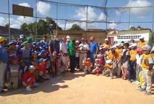 Silvano Hernández y Luis Carreño Pino recibieron sus reconocimientos rodeados de niños de las escuelas de beisbol