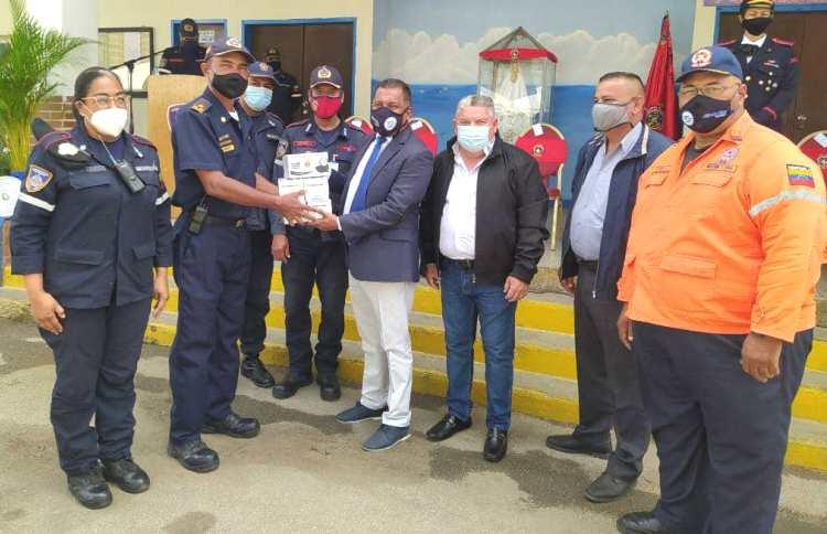 El mandatario regional entregó la Cruz de Fuego postmorten, a los hijos de Arturo Gil Escala