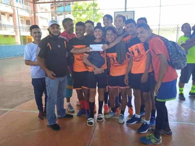 El presidente del Iasdebne, Aníbal Layo Cedeño entregó la premiación al campeón en Sub18