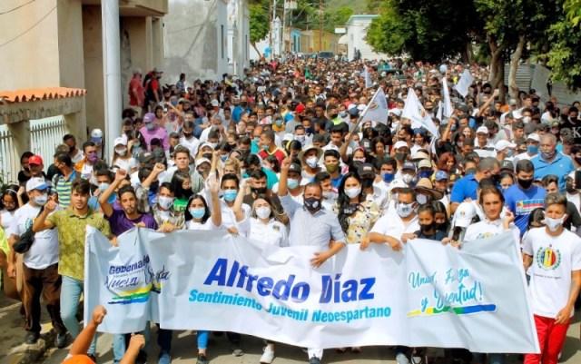 El gobernador Alfredo Díaz y la primera dama Leynys Malavé de Díaz, acompañaron a los jóvenes en la marcha protagonizada en La Asunción