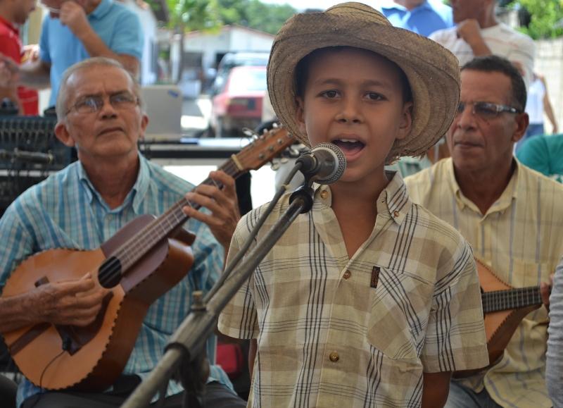 Niños se forman en los géneros de cantos tradicionales.