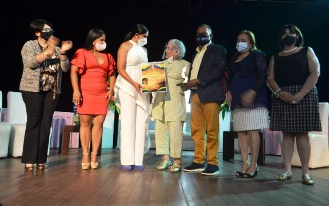 entrega de reconocimiento de la orden Heroína Petronila Mata
