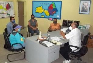 El director regional de Salud, Elesbán Gómez Castillo se reunió con integrantes del Consejo comunal de El Yaque