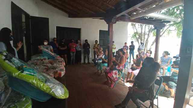 Entrega de cestas de comida a adultos mayores del sector Achípano