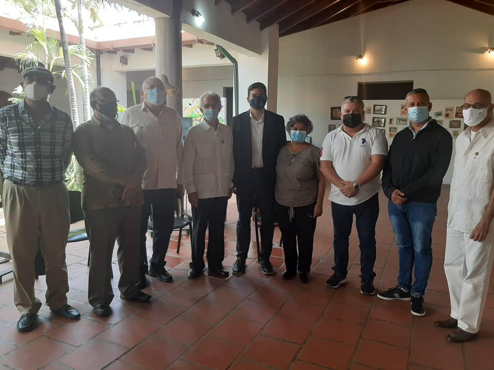 Miembros de la comisión junto a las autoridades de la Gobernación del estado Nueva Esparta.