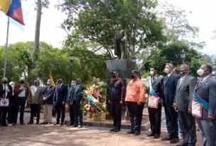 Ofrenda floral ante la estatua del Libertador Simón Bolívar