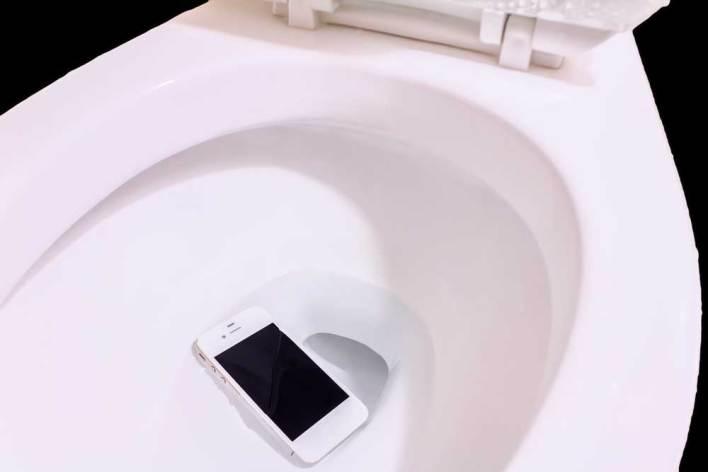 ما عليك فعله إذا سقط هاتفك في الماء