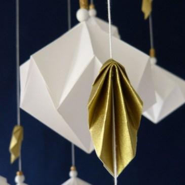 Un mobile de diamants blancs et de feuilles d'or